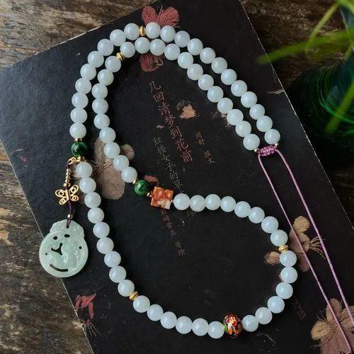 翡翠项链与美丽佳人搭配, 象征着幸福和满足!-第3张图片-翡翠网