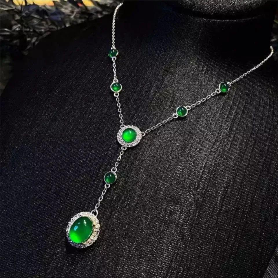 翡翠项链与美丽佳人搭配, 象征着幸福和满足!-第6张图片-翡翠网