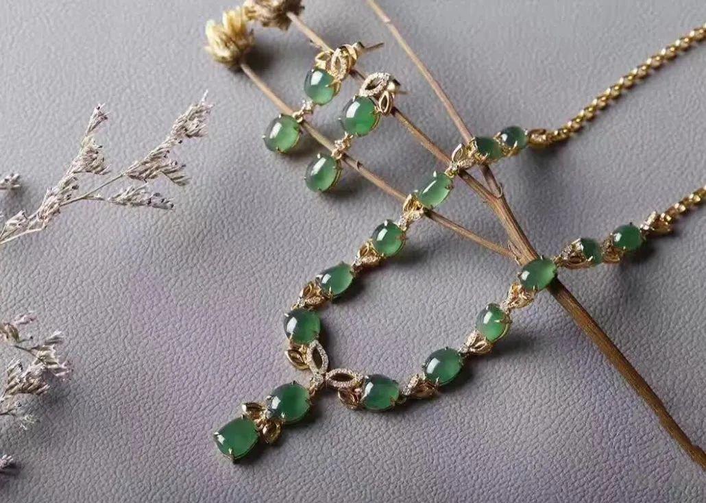 翡翠项链与美丽佳人搭配, 象征着幸福和满足!-第7张图片-翡翠网