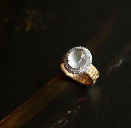 翡翠戒指寓意美好,不同人群如何选购翡翠戒指呢?-第12张图片-翡翠网