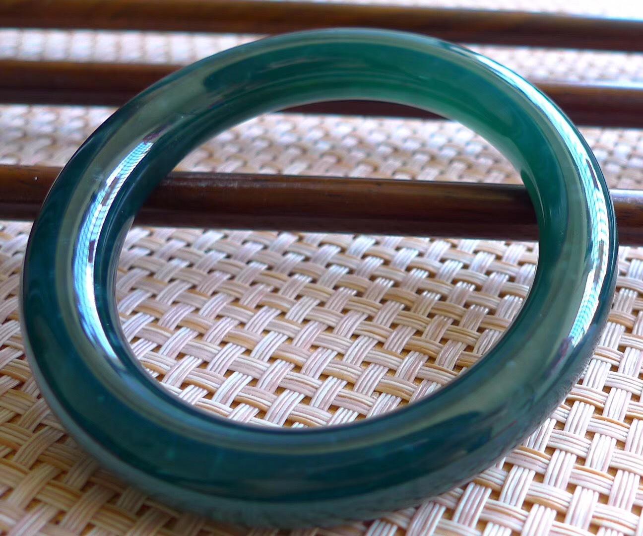 蓝水翡翠深色好还是浅色好蓝水翡翠手镯-第1张图片-翡翠网