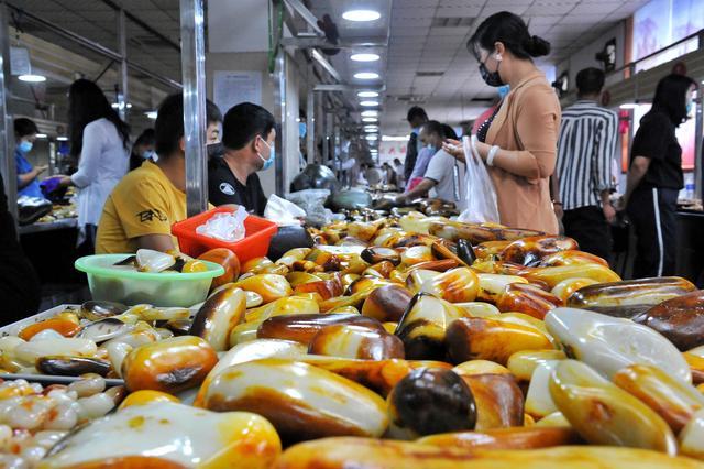 关于兴隆翡翠原石剥皮价钱的信息-第1张图片-翡翠网