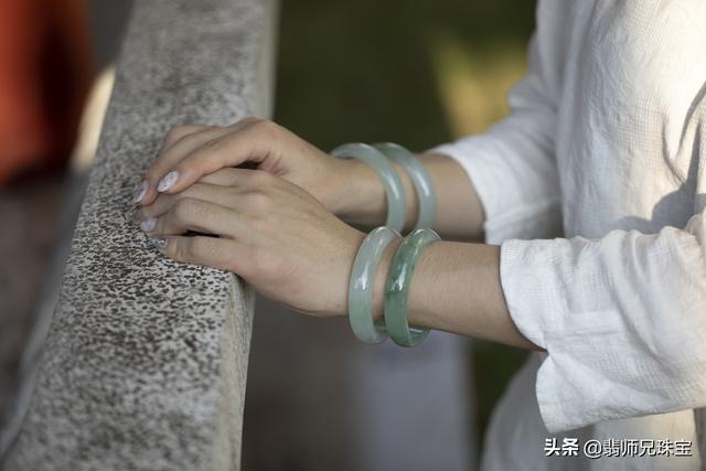 戴翡翠手镯的好处,女性佩戴翡翠手镯的好处-第1张图片-翡翠网