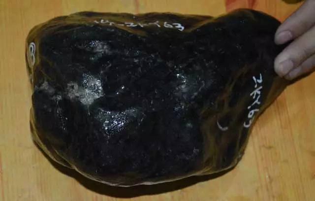 翡翠原石外面为什么有一层皮,翡翠原石皮壳-第9张图片-翡翠网