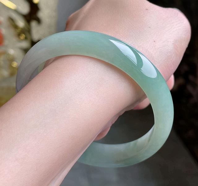 淡绿色细糯种翡翠手镯,糯种淡绿色翡翠手镯价格